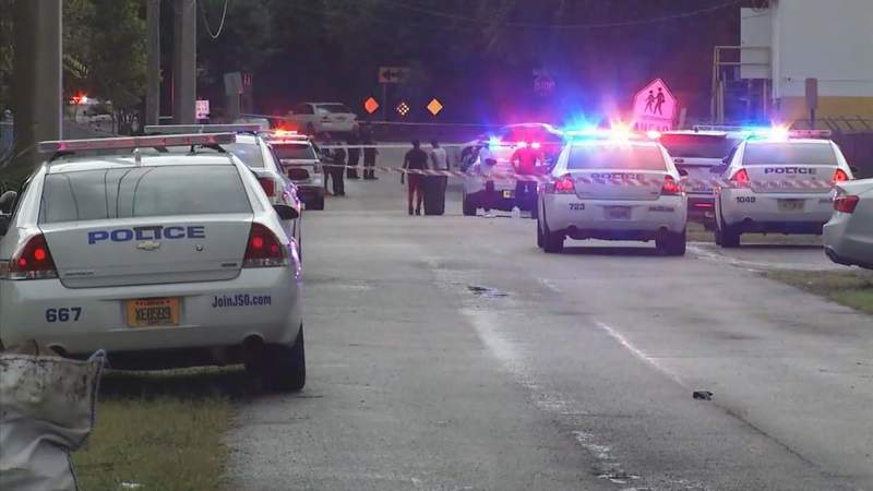 Man dead, 7-year old hurt in shooting at football game