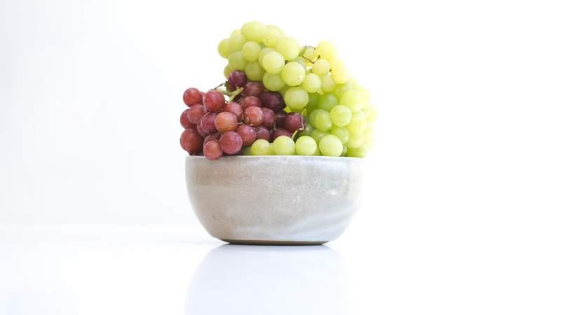 A bowl of grapes.