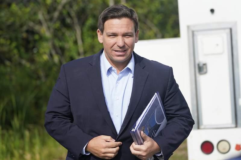 El gobernador de Florida, Ron DeSantis, llega a una conferencia de prensa el martes 3 de agosto de 2021, en Miami. (AP Foto/Wilfredo Lee)