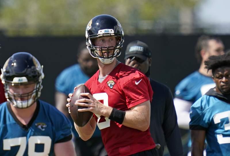 Jacksonville Jaguars quarterback Mike Glennon, center, looks for a receiver during an NFL football workout, Thursday, Aug. 13, 2020, in Jacksonville, Fla. (AP Photo/John Raoux)