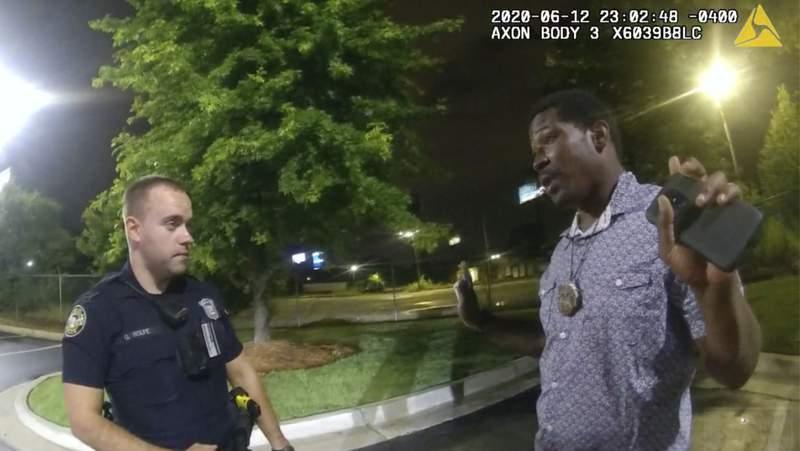 ARCHIVO - En esta imagen del 12 de junio de 2020 tomada de las imgenes de una cmara corporal proporcionadas por la polica de Atlanta, Rayshard Brooks habla con el agente Garrett Rolfe en el estacionamiento de un Wendy's en Atlanta. (Departamento de Polica de Atlanta via AP, Archivo)