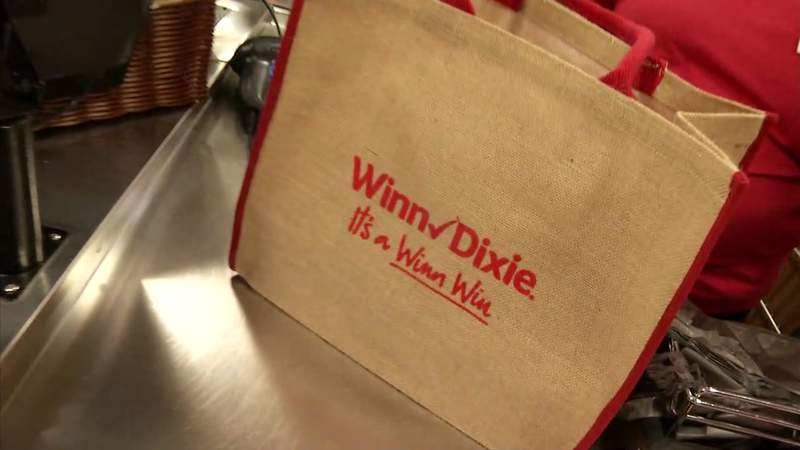 Winn-Dixie gave away reusable bags to customers at its new store Wednesday.