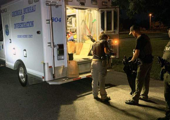 GBI agents investigate shootout that injued an Adel police officer.