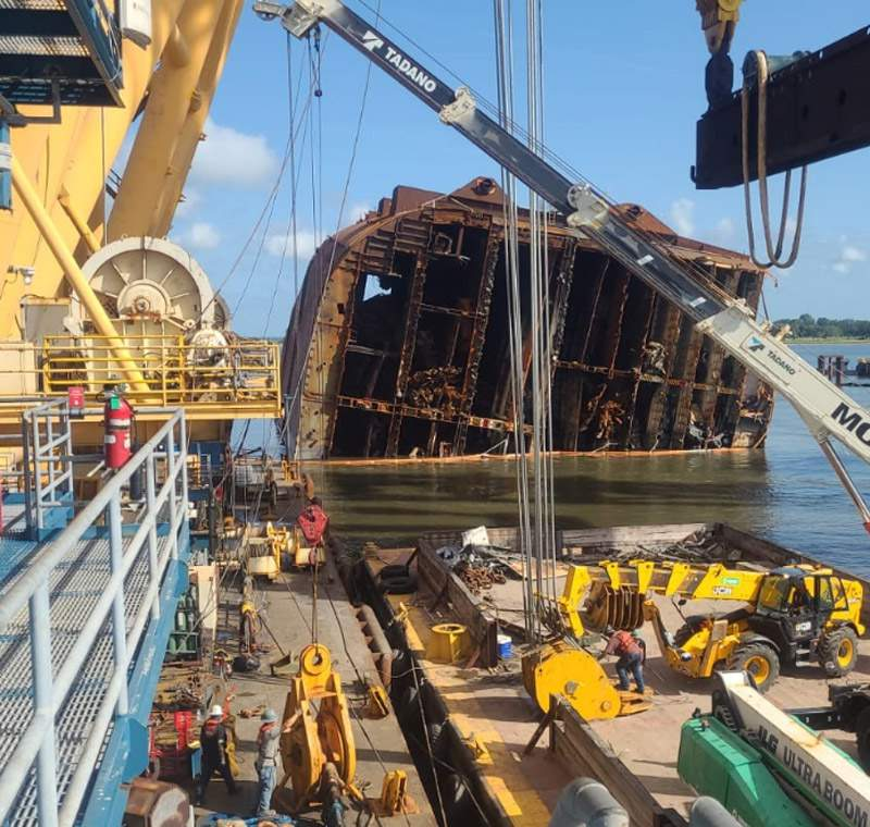 Crews perform refitting operations the cutting chain that is slicing the Golden Ray into pieces to that can be removed on dry-dock barges.